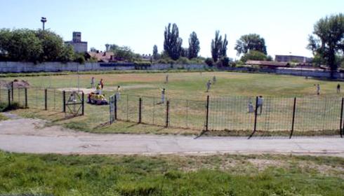 Primaria a inchiriat stadionul de fotbal pentru o nunta de rromi