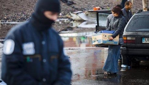 Rromi români evacuaţi cu mascaţi, în Helsinki