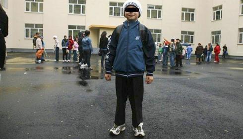 Discriminare în şcolile din România! O fetiţă dată afară de la ore că n-a avut bani de-o uniformă