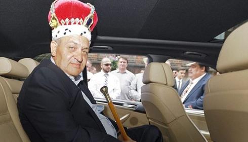 """Şi englezii au un Cioabă al lor: Mii de romi din Marea Britanie şi-au """"uns"""" regele."""