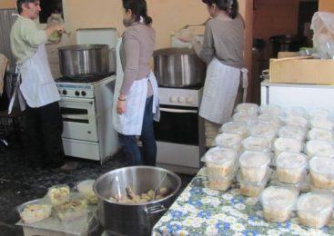 Masa săracilor pe care o gătesc bogaţii. Oamenii care îşi petrec timpul liber hrănind nevoiaşii Clujului