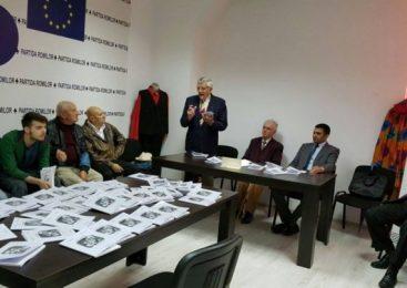 """Preşedintele romilor din judeţul Bacău a lansat cartea """"Şatra"""". Mărturii dramatice ale supravieţuitorilor deportaţi în Transnistria şi la Bug"""