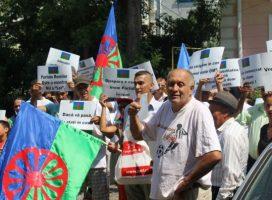 Răscoala romilor. Zeci de etnici în frunte cu bulibaşa au protestat pe străzile Botoşaniului.