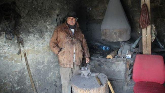 Un rom din Botoșani muncește zi de zi cu unelte care au aparţinut strămoşilor, vechi de 300 de ani