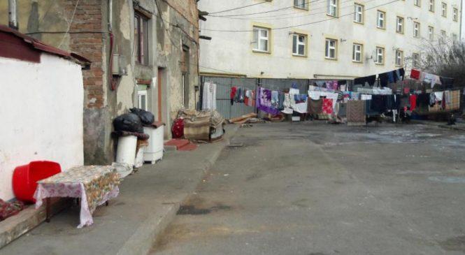 Sesizată de Ziar de Cluj, Primăria a început să ia măsuri în cazul romilor de pe strada Stephenson, care au transformat strada în uscător de haine