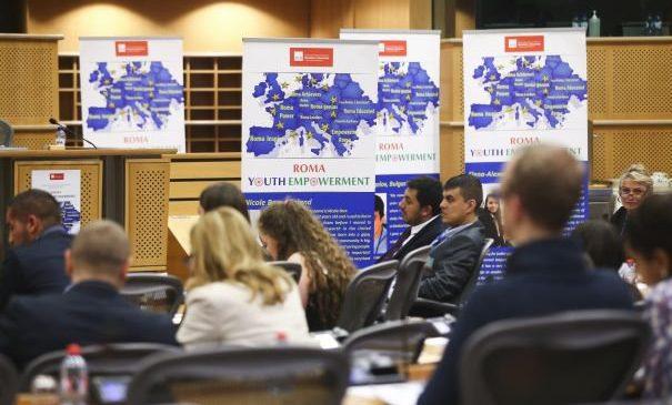Tineri rromi de succes, prezenți în Parlamentul European