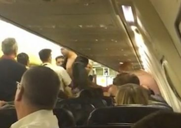 """Imagini ŞOCANTE la bordul unui avion: Mai mulţi romi s-au luat la bătaie. Ce a urmat a UIMIT pe toată lumea: """"A fost îngrozitor"""""""
