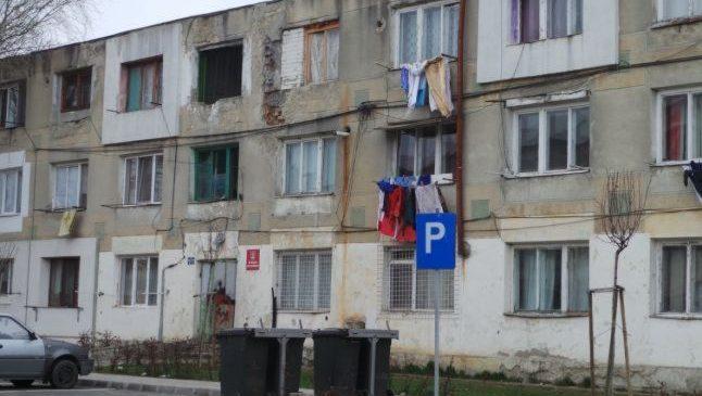 """Primarul Focşaniului îi trimite pe asistaţii din blocurile sociale să-şi caute locuinţe pe piaţa liberă: """"Nu mai accept să se stea fără forme legale"""