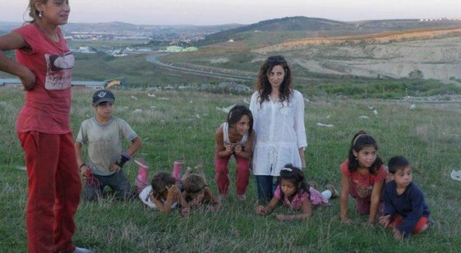 Cu bani puțini se pot face minuni. Laura Alicu, tânăra care, cu ajutorul unui banal aparat foto, îi învață pe copiii de la Pata Rât să aibă încredere în ei