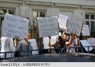 Peste 50 de persoane protestează, în fața Ministerului Educației, față de rasismul la adresa romilor