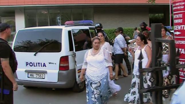 """Nouă dintre romii care au năvălit în spital sunt cercetaţi penal pentru """"tulburarea ordinii şi liniştii publice"""""""