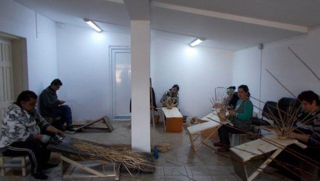 Arta împleturilor din răchită şi papură: atelierul care i-a salvat pe opt meşteşugari romi