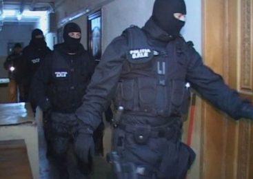 Zeci de persoane care stau într-un bloc social, săltate din pat şi duse cu duba la poliţie