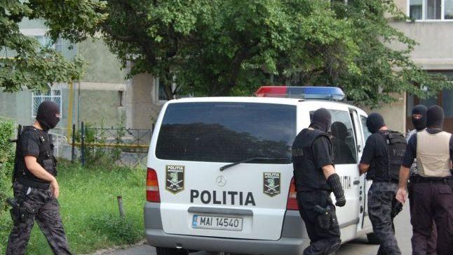 Polițiștii au fost atacați de o gașcă de romi pentru salvarea unui spărgător de mașini. Hoțul a reușit să fugă, cu cătușele pe mâini. O femeie a fost reținută Citește