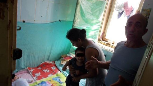 Viaţa într-un WC: cum trăiesc romii din Baia Mare într-o mizerie incredibilă, în fostele birouri ale Cuprom
