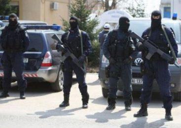Intervenţie cu focuri de armă a poliţiştilor pentru a despărţi două familii de romi. O persoană este rănită grav