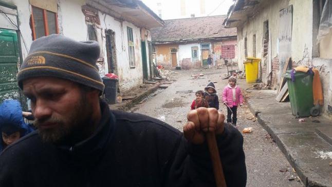 """Un clan de romi refugiat în casa unui italian terorizează un cartier întreg şi nimeni nu îi poate opri: """"Nici Poliţia nu intră aici"""""""