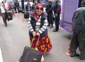 """Marturia unei romance de etnie roma in presa franceza: """"Avem o zicala – Romania nu-i decat pentru cei bogati!"""""""