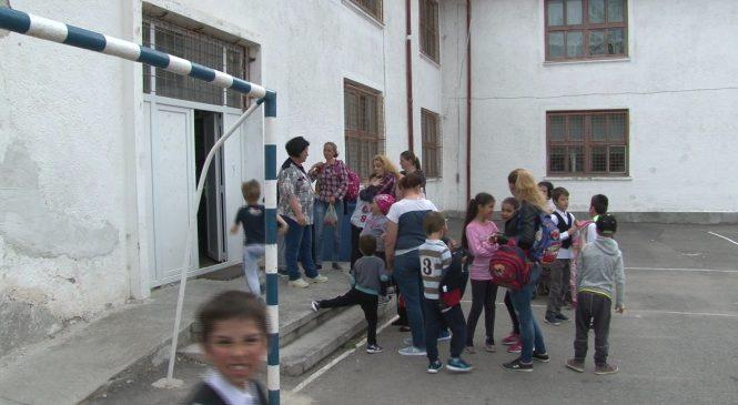 Părinţii copiilor romilor, supăraţi că nu mai sunt lăsaţi în şcoală