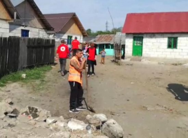 """Curăţenie de primăvară la romii din Teiş Oamenii au stat cu mâinile-n sân şi priveau cum le este igienizat """"cartierul"""""""