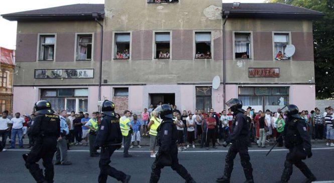 Proteste in fata unei locuinte ocupate de tigani, in Cehia