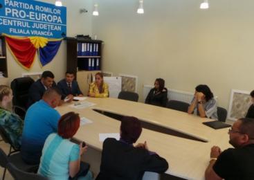 """Tineri romi din Vrancea vor să meargă la facultate pe locuri rezervate. """"Încet-încet, romii se vor integra"""""""