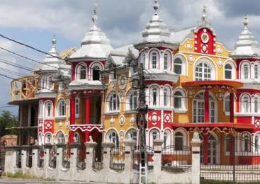 """Carte poştală din Spania. """"Cluj, o călătorie în inima Transilvaniei"""", cu oprire la palatele romilor din Huedin"""