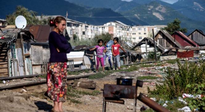 RAPORT| Doar 32% dintre romii din România au acces în casă la apă potabilă, mai puţini decât în Congo sau Pakistan