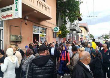 Sute de romi au ieşit în stradă la Româneşti