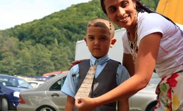 Case cu turnuleţe, maşini luxoase şi aur cât cuprinde! Topul celor mai bogaţi romi din România