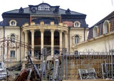 Topul celor mai bizare palate ale romilor din România: clădirile în care s-au investit milioane de euro