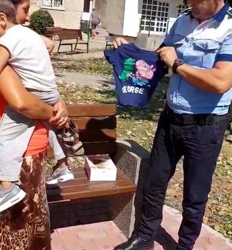 Un poliţist din Slatina face cadouri copiilor romi
