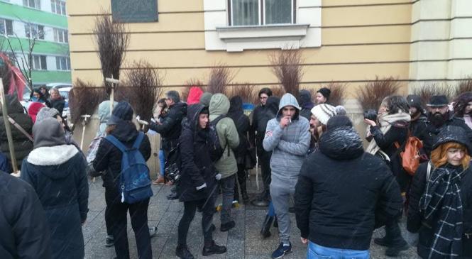 Protest cu măturoaie al romilor din Cluj în faţa Primăriei