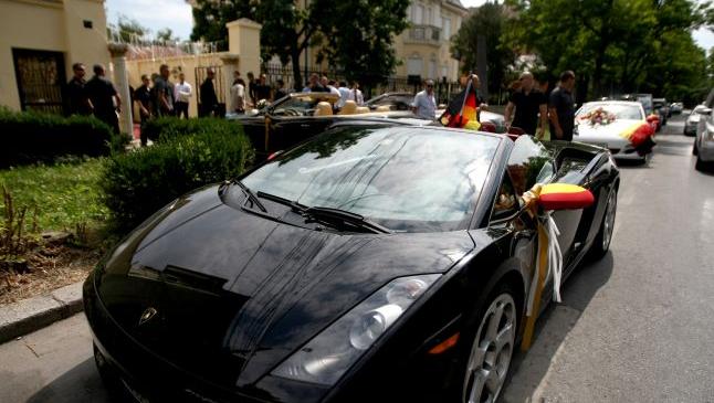 """Romii bogaţi ameninţă că nu mai vin să cheltuiescă banii în Timişoara: o singură familie de """"nemţi"""" aruncă şi 30.000 de euro într-o vacanţă de vară"""