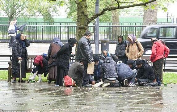 """70 de ţigani din Londra au rămas fără """"casă"""": poliţia le-a confiscat saltelele şi cutiile de carton în care dormeau"""