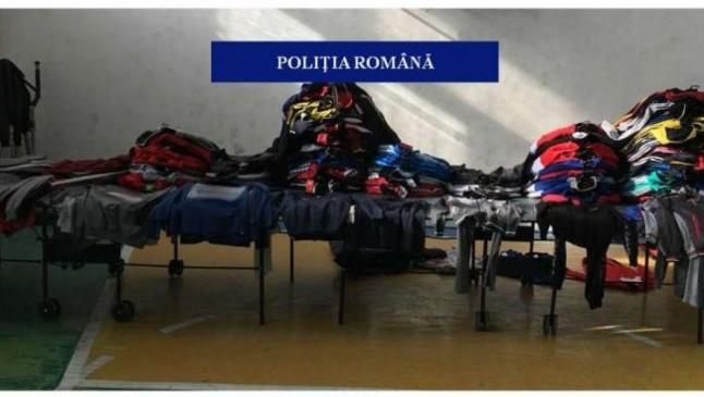 """Oraşul tău / Craiova Hainele """"de firmă"""" vândute în târgul din Craiova erau de fapt produse contrafăcute din China. Poliţiştii le-au confiscat"""