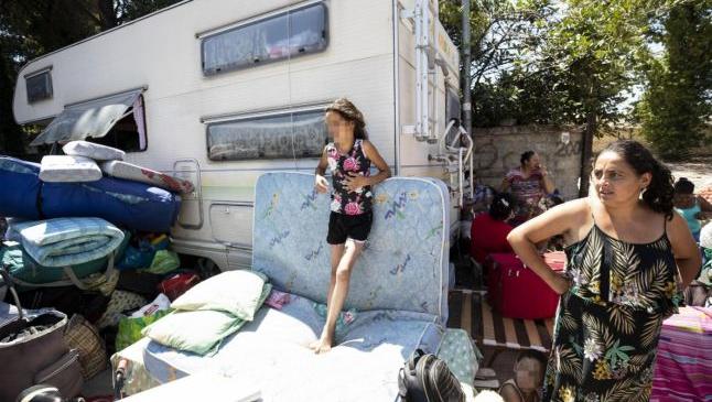 """Poliţia italiană a evacuat o tabără de romi din Roma. """"Ne-au scos afară cu forţa. Au împins toate femeile"""""""
