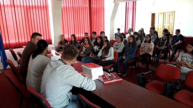 Profesorul Gabriel Sala şi-a lansat valorosul compendiu de ISTORIA ROMILOR chiar în liceul la care predă
