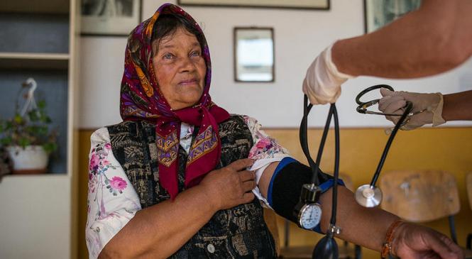 Intermediari pentru sanatate. Un grup de femei rome ii ajuta pe alti romi sa navigheze prin sistemul medical romanesc