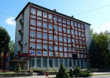 Râmnicu Vâlcea: Internatul unui liceu, transformat în clădire de locuinţe sociale cu fonduri de la MDRAP