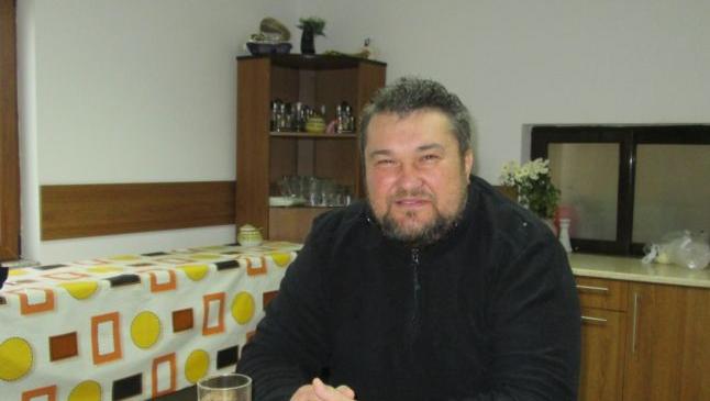 Preotul iubit de romi