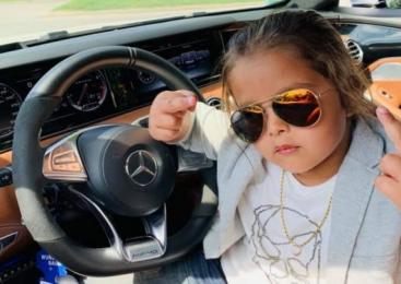 Băieţel de 5 ani filmat de tată când conduce un Mercedes. Acelaşi bărbat îşi pune copilul să danseze