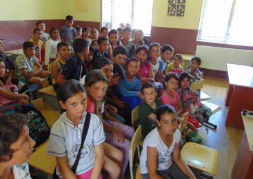 O clasă separată, doar pentru copii romi, într-o magazie…