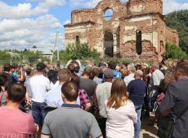 Sute de romi, evacuaţi forţat dintr-un sat din Rusia. Casele, incendiate