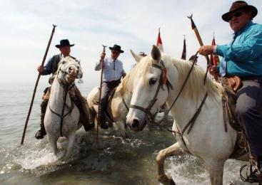 Mii de rromi din Ungaria stau la coada la apa dupa ce s-au oprit fantanile publice
