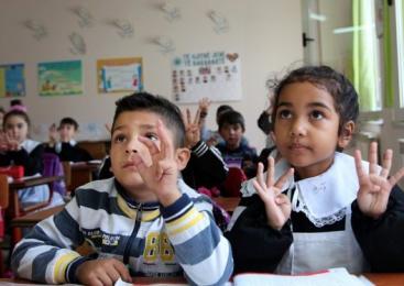 Pauze la ore diferite pentru ca elevii romi să nu interacționeze cu ceilalți copii din școală?