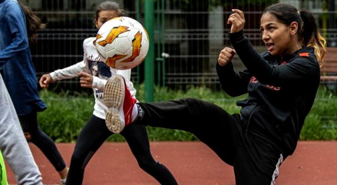 """Reportaj UEFA la București: cum ajută fotbalul doi copii romi să reușească în viață. """"Suntem la fel, fotbalul este pentru toți oamenii de pe pământ"""
