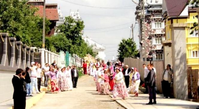 Polițistele din Iași au intrat în comunitățile de rromi din județ. Cum se urmărește reducerea infracționalității