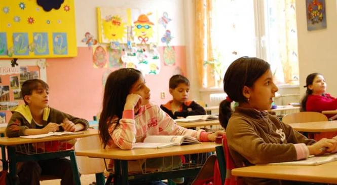 Tulcea: Elevi din comunităţi defavorizate, sprijiniţi să se întoarcă la şcoală