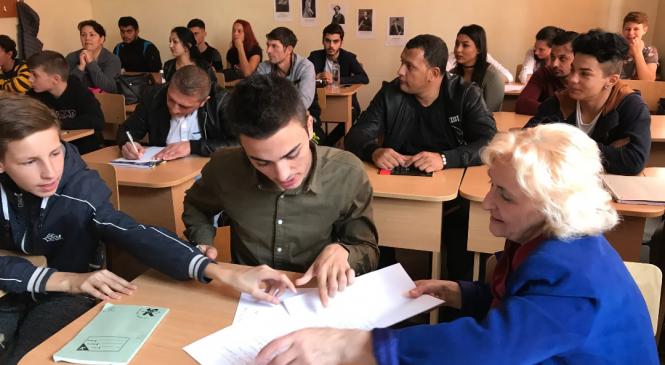 """Vrancea: Peste 700 de persoane frecventează şcoala în cadrul programului """"A doua şansă"""""""